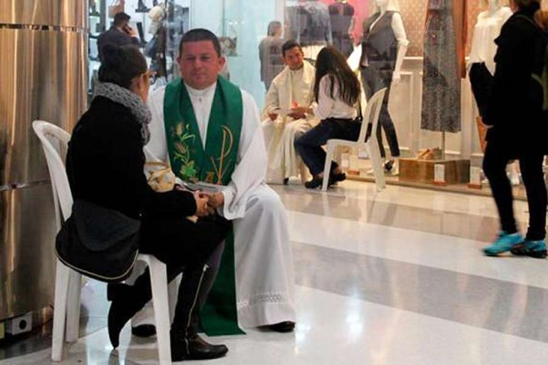 colombian_confess_a_thon_at_a_bogota_mall_credit_colombian_bishops_conference_cna